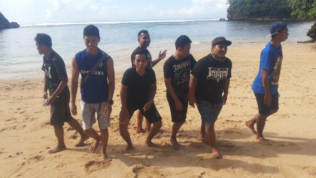 Pantai banyu meneng - persahabatan