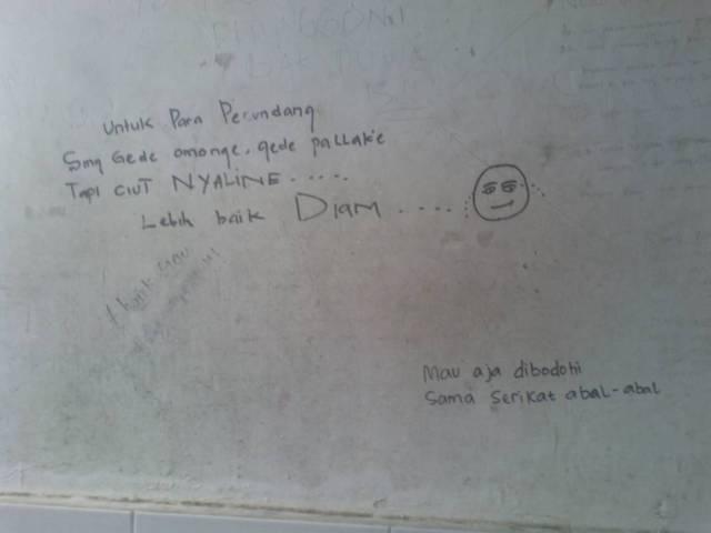 Gambar tembok dengan tulisan uneg-uneg dua pihak berselisih di toilet tempatku bekerja