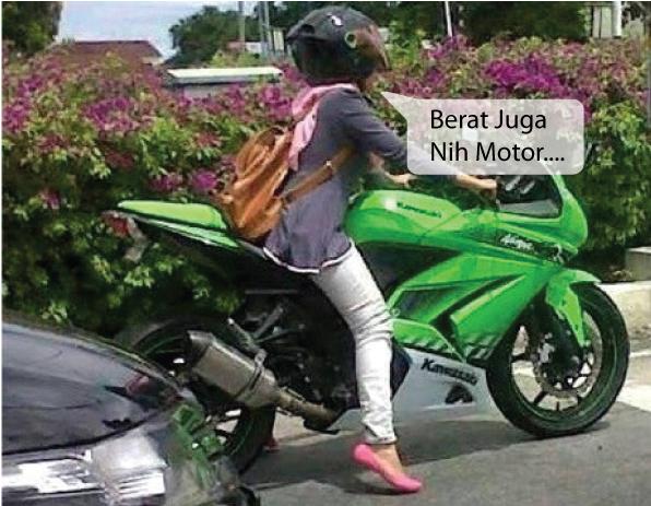 Wanita mungil jinjit saat mengendarahi sepeda motor