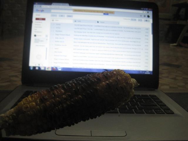 Nulis artikel sambil makan jagung bakar
